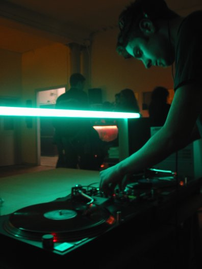 dj syn - Swiss/British DJ playing progressive and electro music